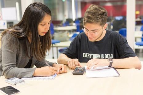 Zwei Studierende lernen gemeinsam.