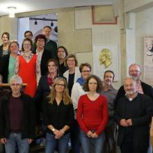 Die ca. 30 Teilnehmer des Treffens auf einer Treppe im MUT Tübingen MUT Museum der Universität Tübingen